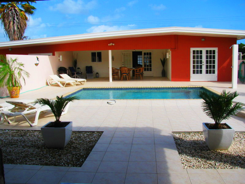 Achterzijde villa met zwembad