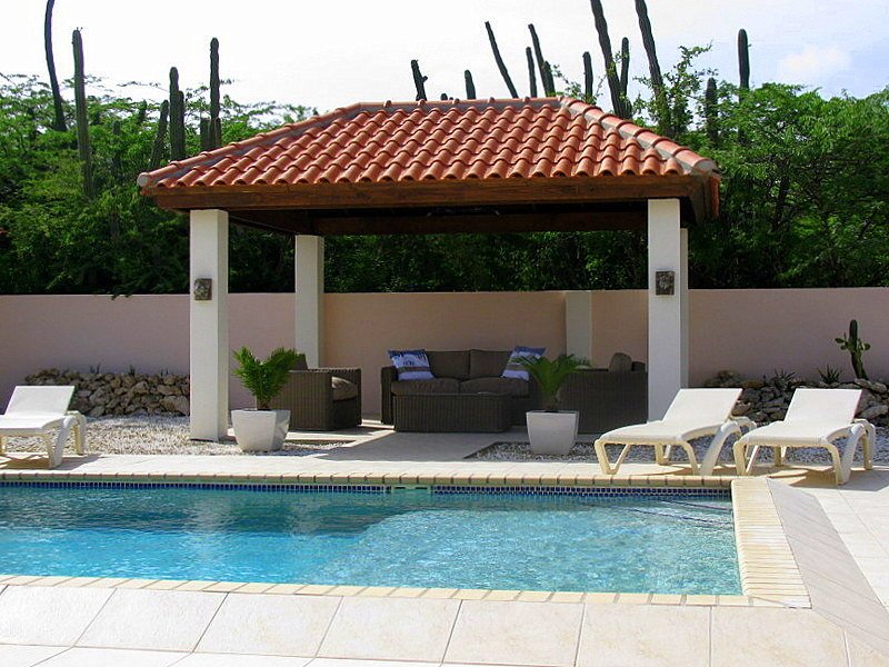 Gazebo en zwembad van de villa